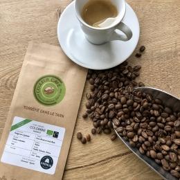 Un petit nouveau fait son entrée dans la gamme... le COLOMBIE ANEMOS ! 🇨🇴  Sa particularité? Transporté à la VOILE et donc décarbonné à hauteur de 90% ⛵️♻️  Un pas de plus vers une filière de café plus propre, plus respectueuse de l'environnement et des Hommes ! 😊  Issu de la région Sierra Nevada de Santa Marta, au nord de la Colombie, ce café certifié BIO nous offre une belle tasse ronde et gourmande 😋  Rendez-vous en boutique ! ✅  #torréfacteur #café #colombie #cafébio #voilier  @belcogreenco @towt_transportalavoile