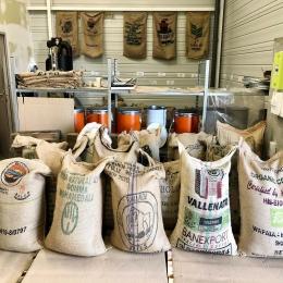 Le stock de café est là ! 💪🏼 Intéressé par le métier d'artisan torréfacteur? Assistez à un de nos «ateliers-café» ! ☕️ (Plus d'infos sur notre site internet)  @belcogreenco #torrefacteur #cafe #greencoffee #artisanatfrancais #frenchroaster #tarn #specialtycoffee