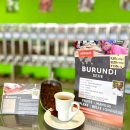 Petit café d'exception dispo en boutique et sur le e-shop : le BURUNDI Sehe 🇧🇮 !  Un café nature , de variété Bourbon rouge , produit par Salum, le seul producteur indépendant du Burundi ! 🌱  Dans un environnement montagneux , perché à 1700 d'altitude, dans la région du Kayanza, ce café récolté dans des micro-plantations nous révèle une tasse très fruitée aux notes de mangue pour belle longueur en bouche… 🥭   Cette qualité s'explique notamment par la volonté de Salum à récolter que les cerises bien mûres en rémunérant à un bien meilleur prix que celui du marché ! 👍🏼  Pour le tester, rendez-vous en boutique et sur notre e-shop ! ✅ http://couleurcafe81.fr   #cafédespecialité #coffee #torrefacteur #artisan #frenchroaster #specialtycoffee #tarn #castres #albi #burundi
