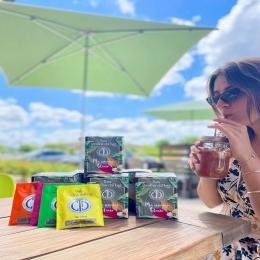 - THÉ GLACÉ - 🧊  La température grimpe ! 🌡 🔥  Pour se déshydrater et se rafraîchir, découvrez « Ma semaine glacée » de @theschristinedattnerparis ! 🍹  Chaque jour dégustez une thé ou une infusion de fruits et variez vos plaisirs sainement !   À infuser directement dans 1L d'eau froide pendant 2h à 3h et le tour est joué ! 💦  #théglacé #icedtea #icetea #freshdrink #drink #detox #tea #summer #detoxtea #coffeeshop