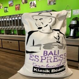 Le joli sac à café de notre petit nouveau : Indonésie Bali ! 🇮🇩 @belcogreenco   Ce microlot balinéain 70% semi-lavé 30% nature, révèle une tasse complexe, corpulente et fruitée ! 🌱  ⚠️ Faites vos stocks car nous sommes fermés le Samedi 1 Mai ❗️  #indonesia #bali #balicoffee #coffee #cafe #torrefacteur #coffeeroaster #coffeeshop #tarn