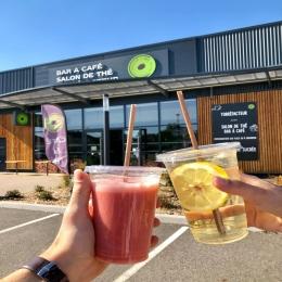 🍹 Nos boissons fraîches à emporter dans nos magasins Albi & Castres ! 💦  🥤 #SMOOTHIE - MILKSHAKE - THÉ GLACÉ - CAFÉ FRAPPÉ...  On fonce dans son #coffeeshop préféré ! ✅  *gobelets en PLA (amidon de maïs) *pailles en marc de café @fairbirdfr #noplastic ♻️  #takeaway #coffeeshop #freshdrink #icetea #icedcoffee #smoothie #milkshake