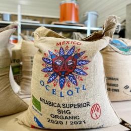 NOUVEAU - café Mexique Ocelotl 🇲🇽   Un café bio et lavé de la région Chiapas caractérisé par un profil gourmand autour de notes de caramel, noisettes et chocolat ! ☕️  Sera-t-il aussi incroyable que son sac en jute? 🐯  Dispo en boutique et sur le e-shop —> couleurcafe.81 ! ✅  #cafe #coffee #mexicancoffee #mexico #coffeeshop #coffeeroaster #frenchroast #jutebag #toiledejute