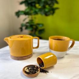 Pour se réveiller tout en douceur, même en plein été, rien de vaut un petit thé ! 🧉  Alors on vous présente : le Thé de l'Été , un mélange thé vert et thé noir , aux notes d'agrumes, d'ananas et de camomille. Le voyage est assuré ! 🌱  Combo réussi avec la collection de tasse et théière @semadesignofficiel !  #thé #été #teatime #coffeeshop @comptoir_francais_du_the
