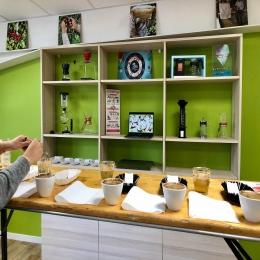 BIG NEWS : on lance nos Ateliers-Café ! 👨🏼🍳☕️   Plongez-vous pendant 1h30 dans l'univers passionnant du café !   Au programme : •Dégustations de cafés  •Théorie sur la caféiculture •Démonstration de torréfaction  Réservez vite vos places sur notre site internet : www.couleurcafe81.fr/Events (Lien dans la bio)  📍Albi & Castres   Hâte de vous y retrouver ! 😊🤙🏼  #ateliercafe #workshop #cafetarn #torrefacteur #castres #albi #coffeeshop