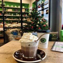 Le Viennois de Noël, nouveau cocktail du mois de décembre, dans nos boutiques , *uniquement à emporter! 😋🥤☕️ 🎄   Parfait pour se réchauffer pendant les emplettes de Noël n'est ce pas ? 🤗  #hotchocolate #chocolat #chocolatviennois #canelle #sinamon #coffeeshop #castres #albi #tarn #togo #takeaway