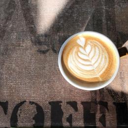 Les premiers rayons de soleil, hâte de vous retrouver sur nos terrasses! 💚☕️   #capuccino #coffee #coffeshop #café #terasse #soleil #sun #latteart #rosetta