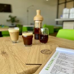 - CAFÉ GLACÉ - 💦  Face à ces températures estivales, un seul remède pour lutter contre la chaleur et la flemmardise : nos cafés frappés et glacés ! ☕️  3 recettes maison pour tous les goûts :   - COLD BREW : infusion de café à froid ; une boisson aromatique et toute en douceur - SHAKERATO : double espresso shaké ; idéal pour les amateurs d'espresso - CAFÉ FRAPPÉ : double espresso frappé avec du lait ; les gourmands l'adore !  Rendez-vous chez COULEUR Café pour votre pause rafraîchissante et énergisante ! ✅  #cafefrappe #icedcoffee #shakerato #coldbrew #caféglacé #cafe #coffee #torrefacteur #coffeeshop #icedlatte #icedcoffeelatte