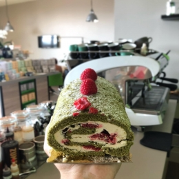 Roulé Matcha-Framboise 🌱🍓 @lesgourmandisesdelodie81 #matcha #framboise #patisserie #pastries #coffeeshop #salondethe #castres #albi #tarn