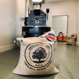 COSTA RICA COLIMA 🇨🇷  Ce bijoux au profil nature est à l'honneur ce mois-ci chez Couleur Café ! Il est caractérisé par des notes fruitées (ananas, fruit de la passion, abricot...) pour une très belle longueur...☕️ On fonce en boutique pour le tester ! ✅  #cafe #torrefacteur #artisan #costarica #roaster #coffee #coffeeshop #specialtycoffee #jutebag