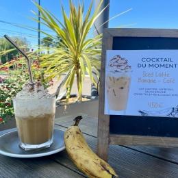- COCKTAIL DU MOMENT - 🍹  L'été n'a pas dit son dernier mot ! ☝🏼  • ICED LATTE Banane - Café 🍌   ~ Espresso - Lait d'avoine - Sauce banane - Crème fouettée - Cacao ~ ☕️  Rendez-vous chez COULEUR Café pour la pause-goûter ! ✅  #barista #coffeeshop #icedlatte #banane #cocktail #drink